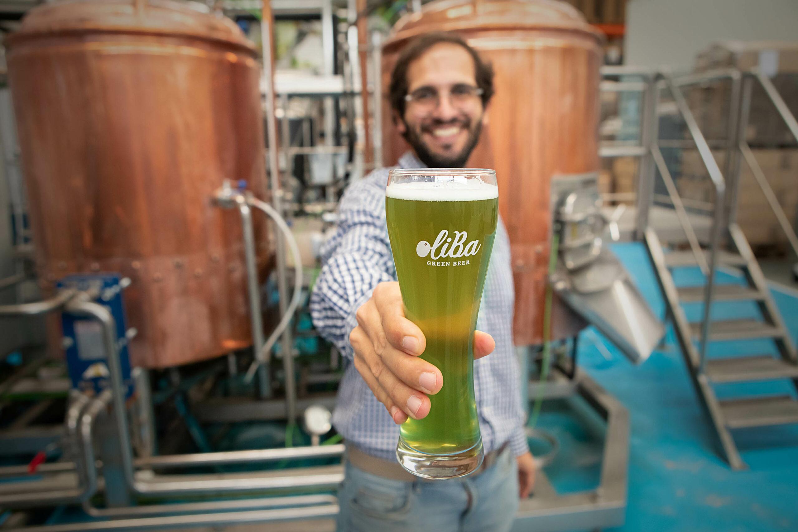 Ivan Caelles mostrant una cervesa Oliba Green Beer | ACN