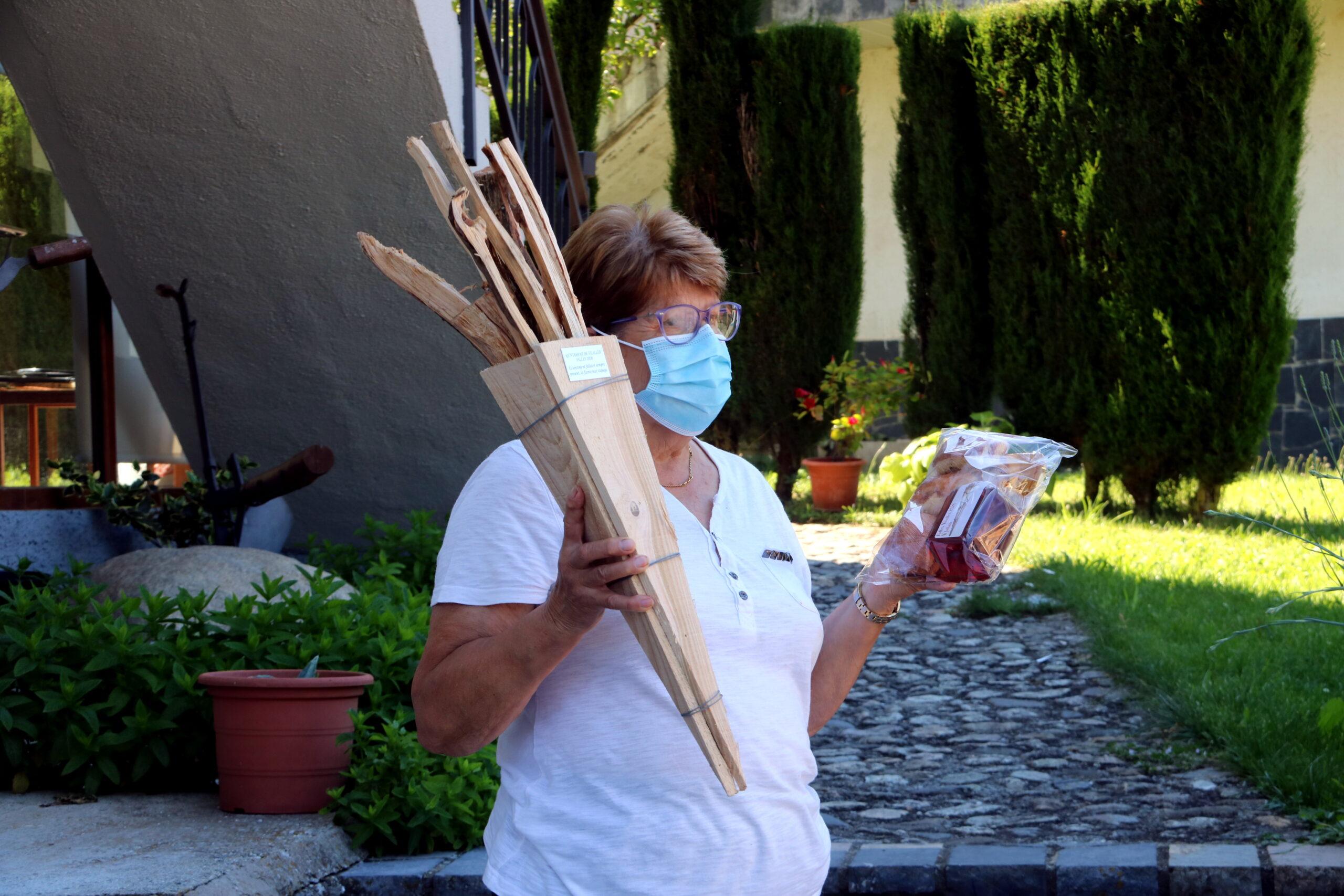 Una veïna de Vilaller amb el lot de falla, coca i vi per celebrar la revetlla des de casa | ACN