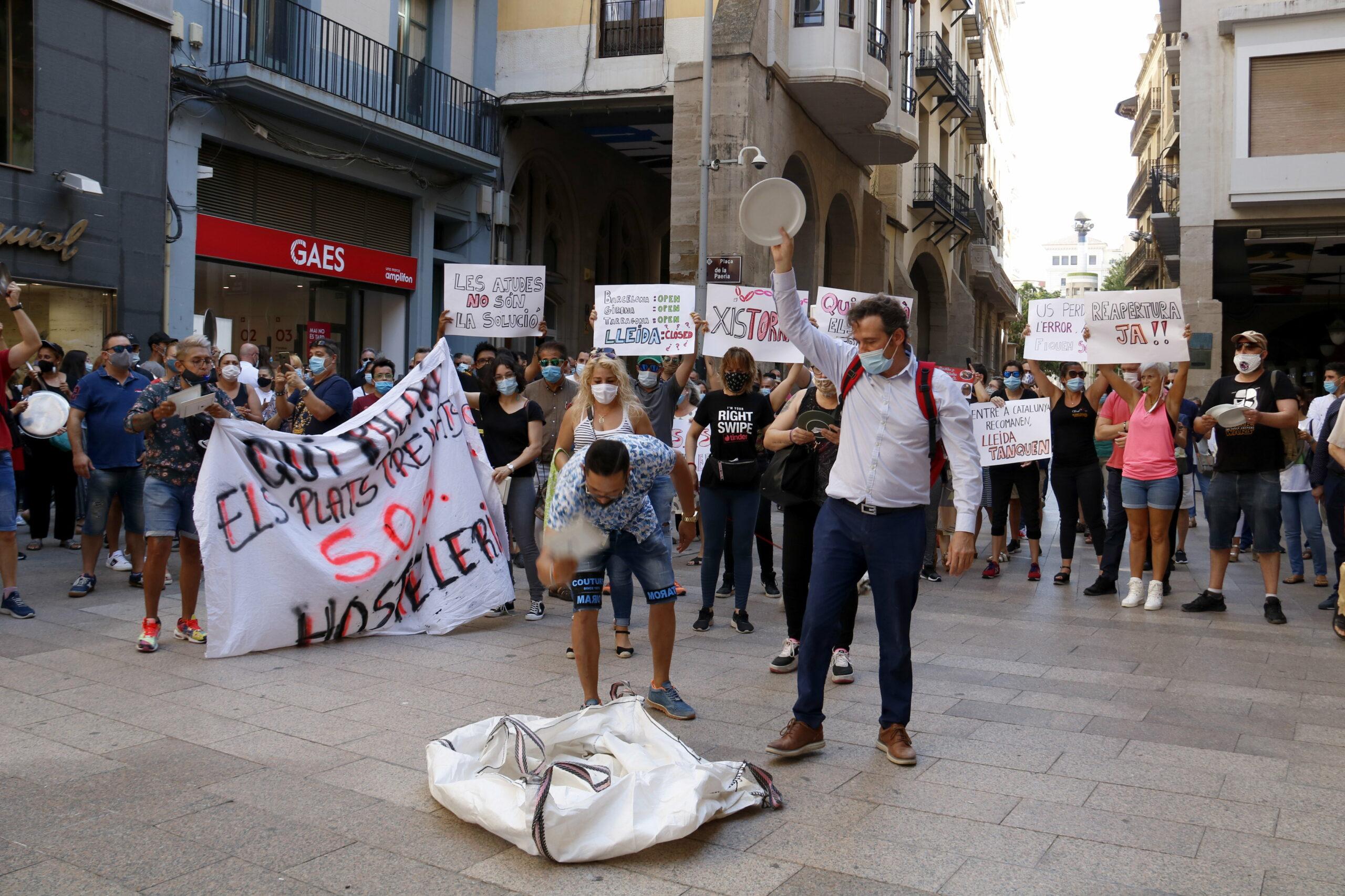 Restauradors de Lleida trencant plats davant la Paeria | ACN
