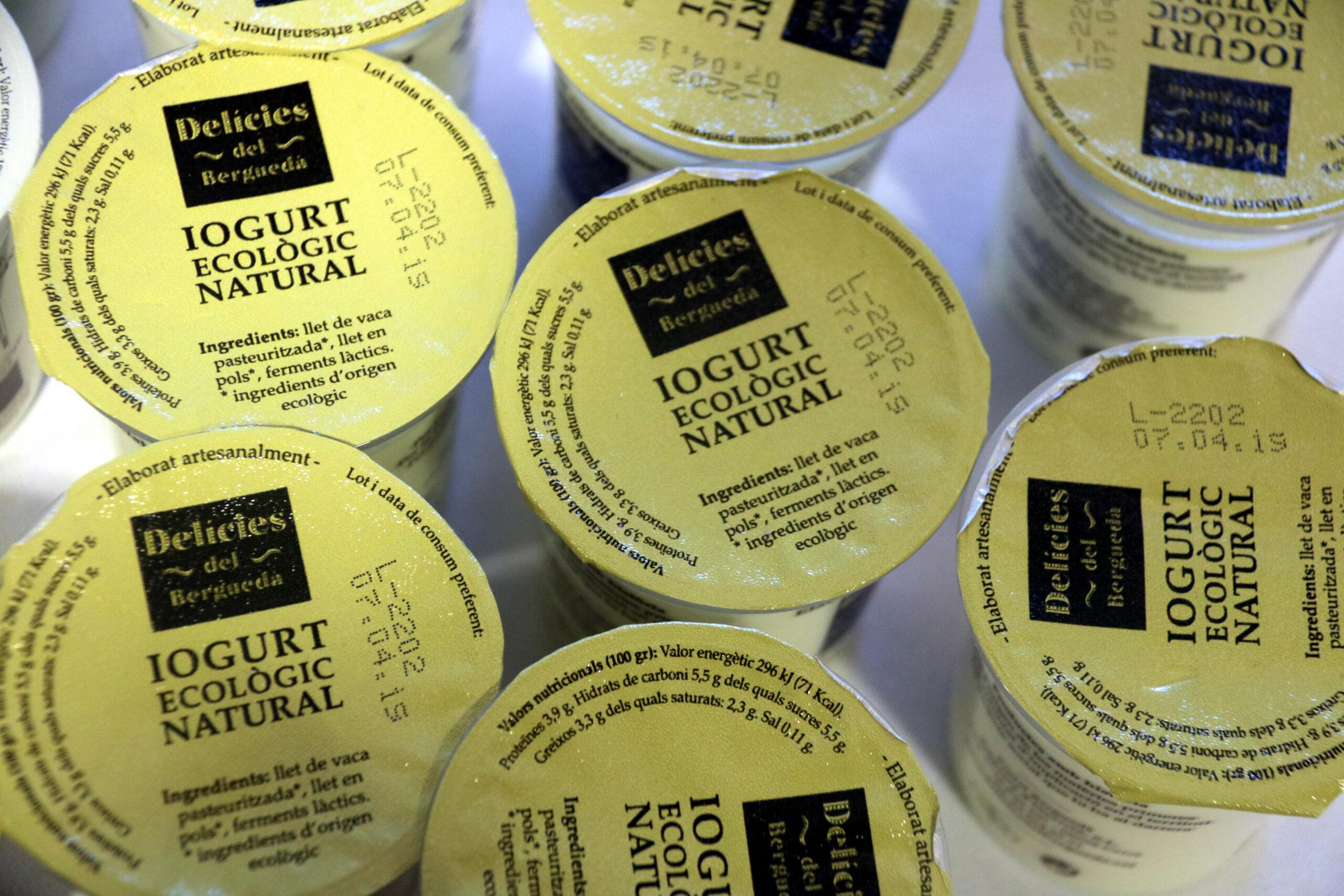 Les tapes de diversos iogurts ecològics fets al Berguedà | ACN