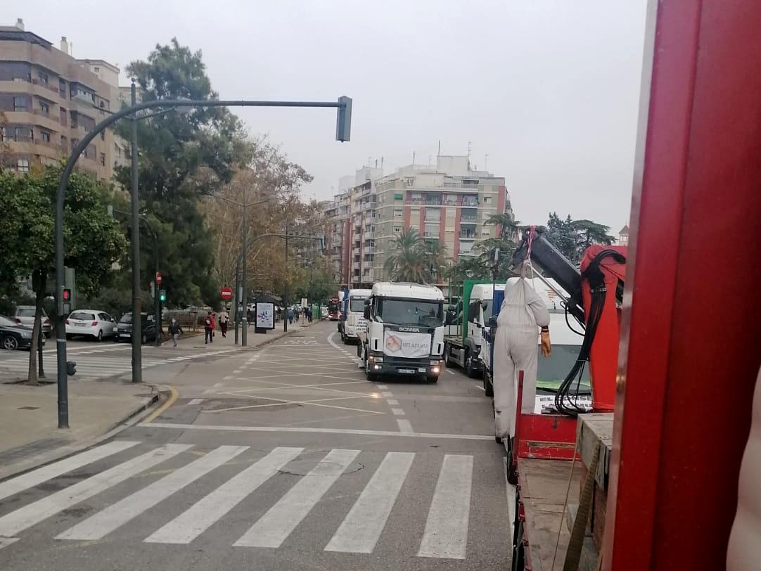 Camions i vehicles d'apicultors circulant pels carrers de València en protesta contra de la nova normativa que limita la producció de mel de taronger | ACN