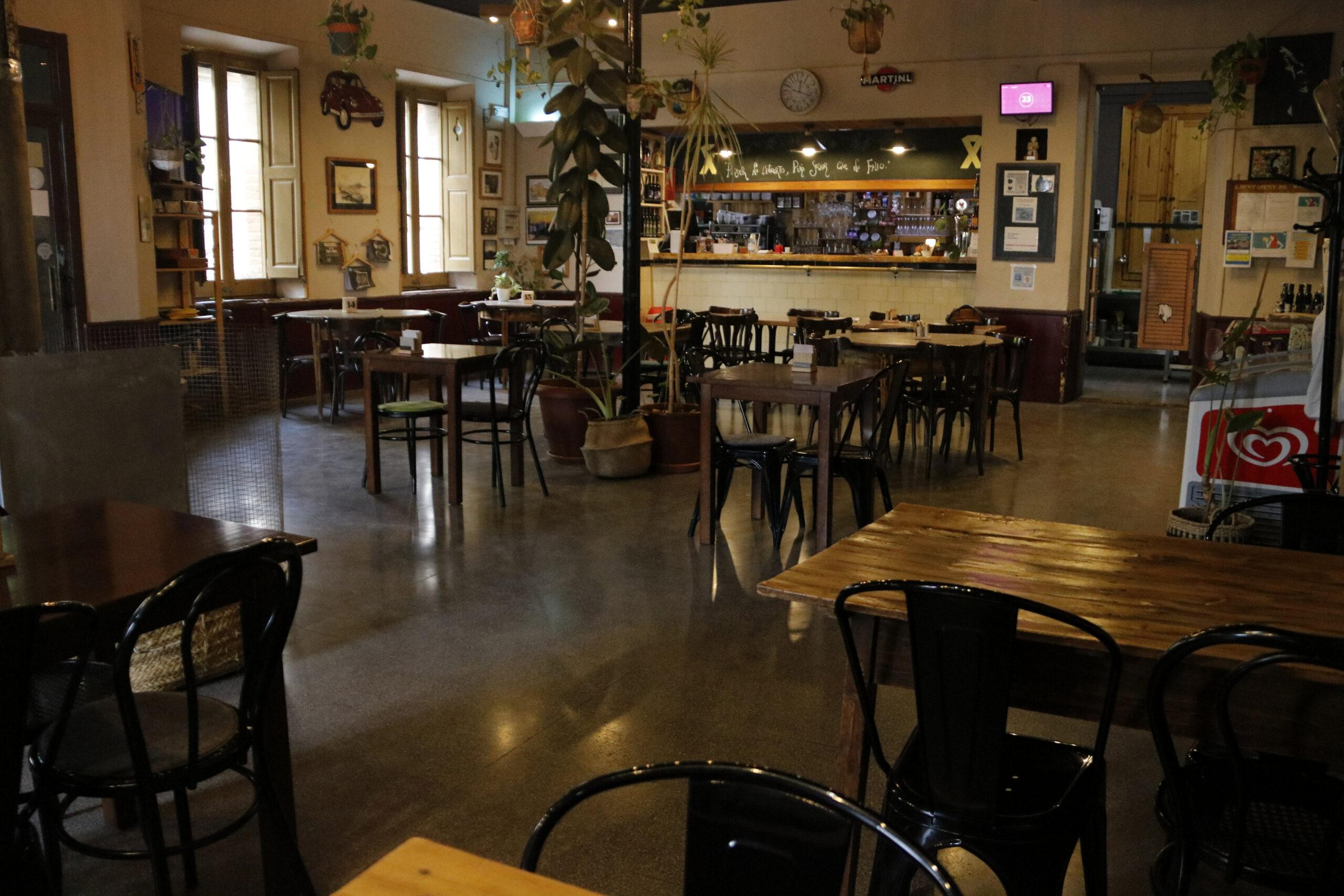 L'interior del Bar Centro de Maldà, sense clients, pel tancament forçat per les restriccions contra la covid-19 | ACN