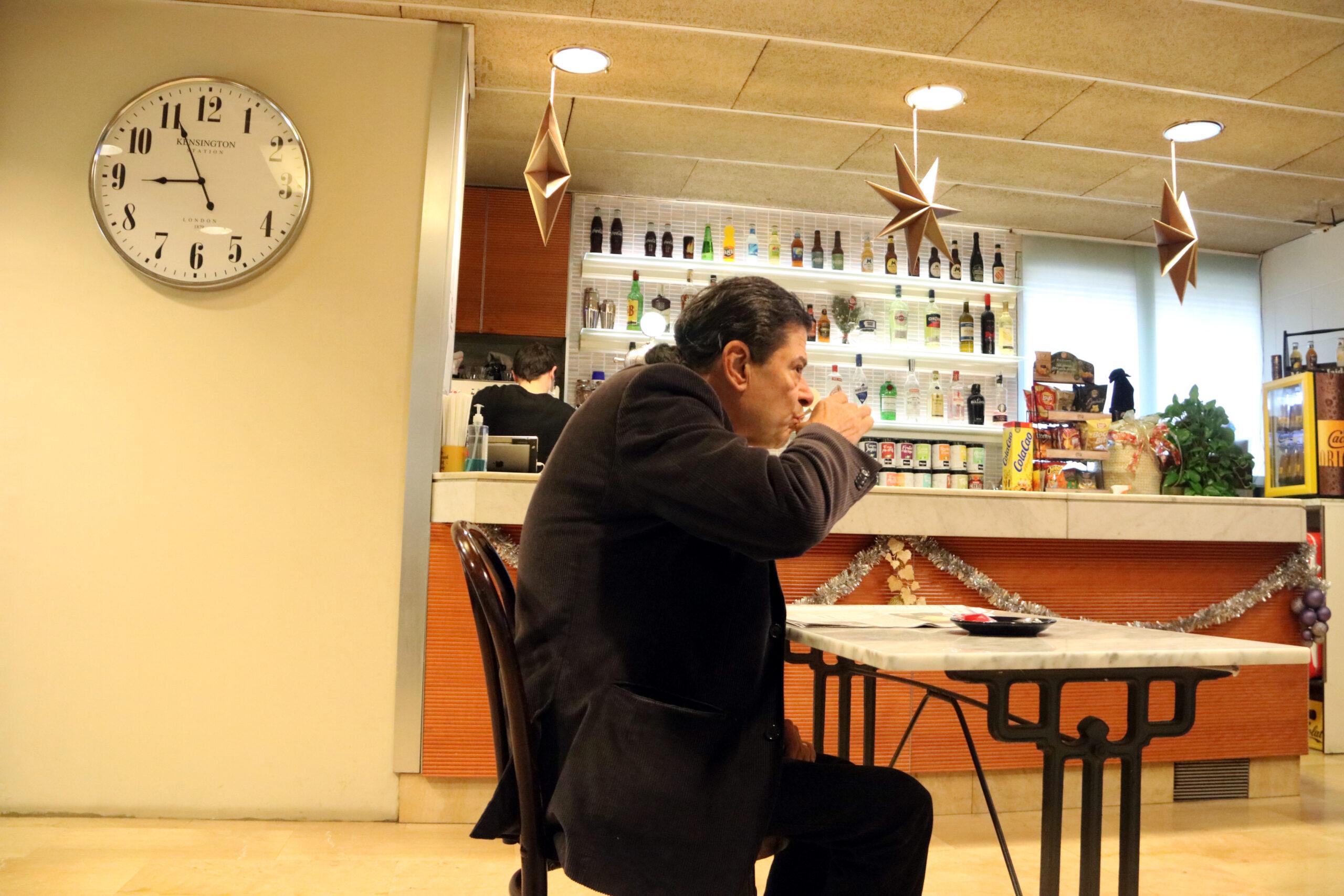 Un home prenent el cafè a la Lluna de Manresa dins l'horari permès | ACN