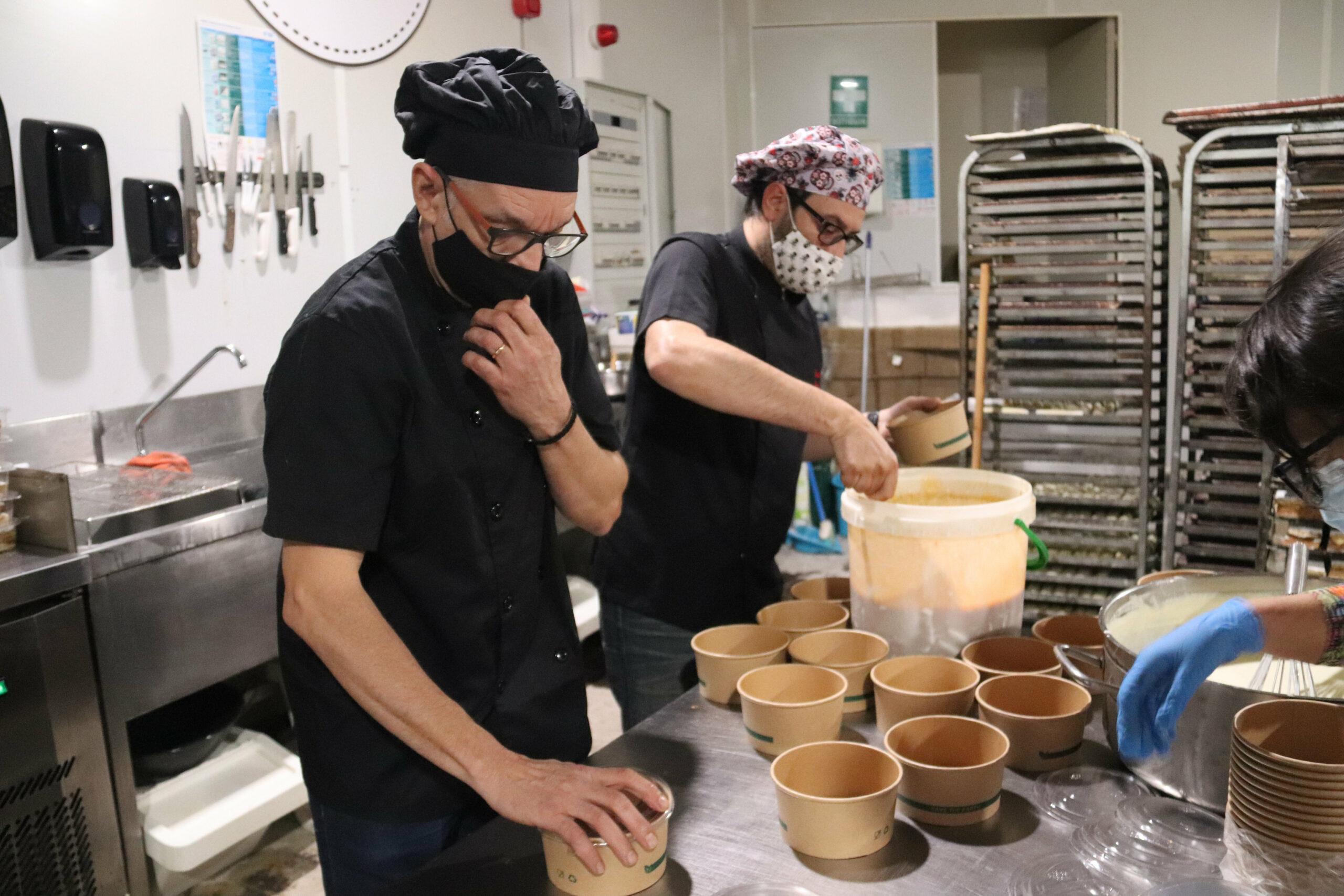 Alguns dels cuiners empaquetant els menús solidaris que ha repartit l'obrador de pastisseria Patrick's Bakery de Tossa de Mar a les famílies vulnerables | ACN