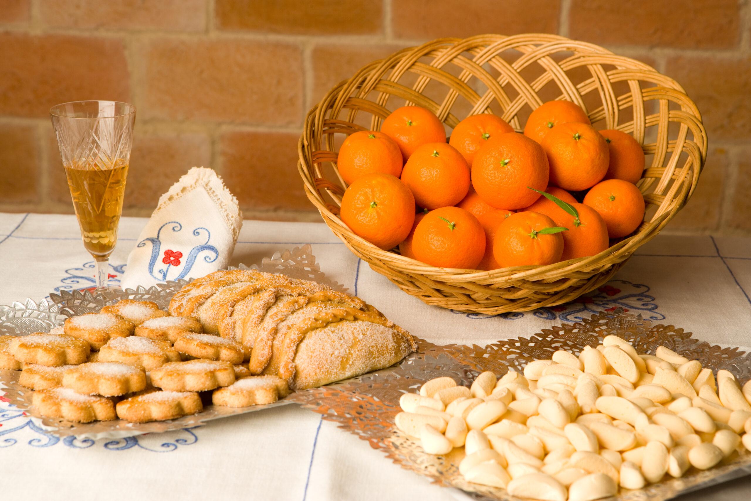 En primer terme les garrofetes del Papa Luna. En segon lloc, els pastissets de Tortosa i les coquetes de sagí o de Maria. Darrere les clementines locals | Oficina de Turisme de Tortosa