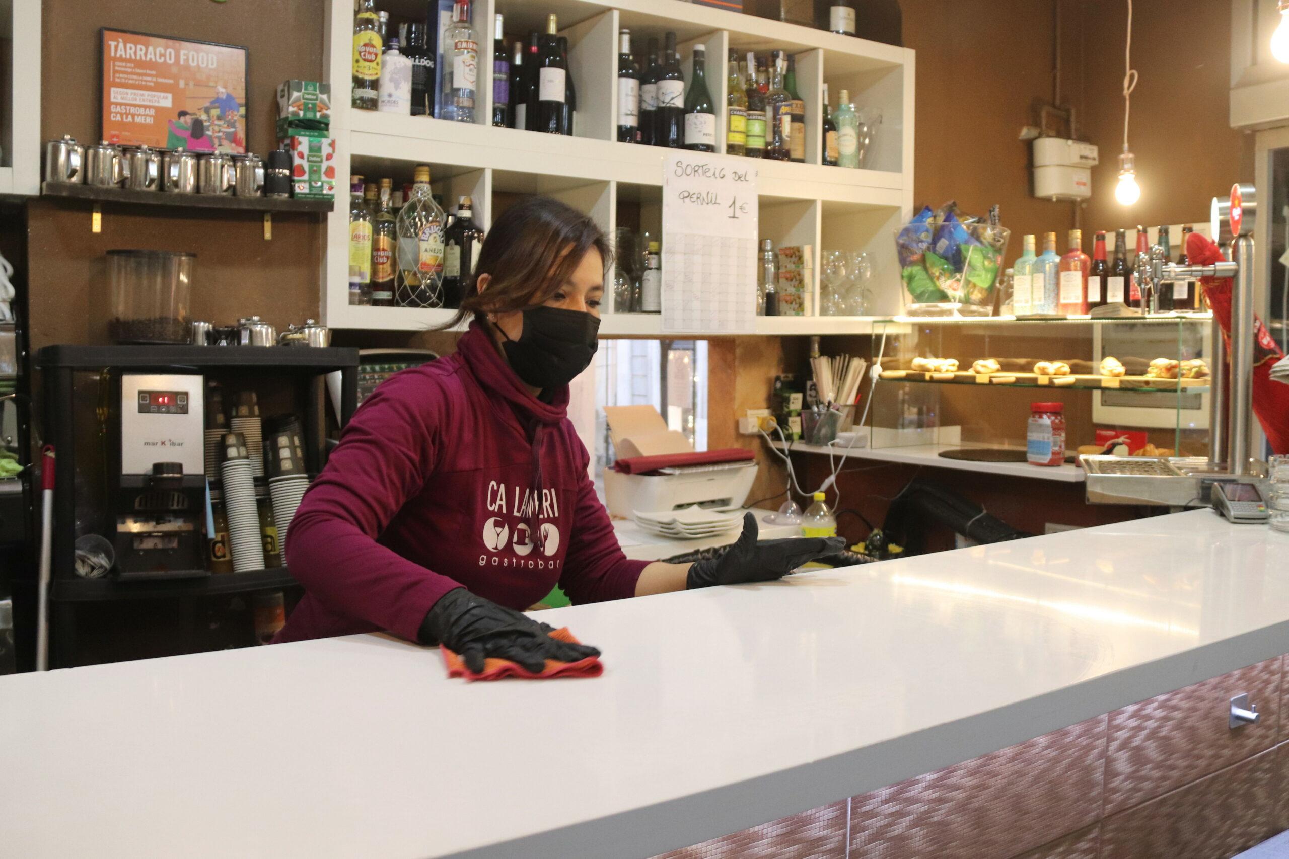 Una cambrera netejant la barra del bar Ca la Meri de Tarragona   ACN