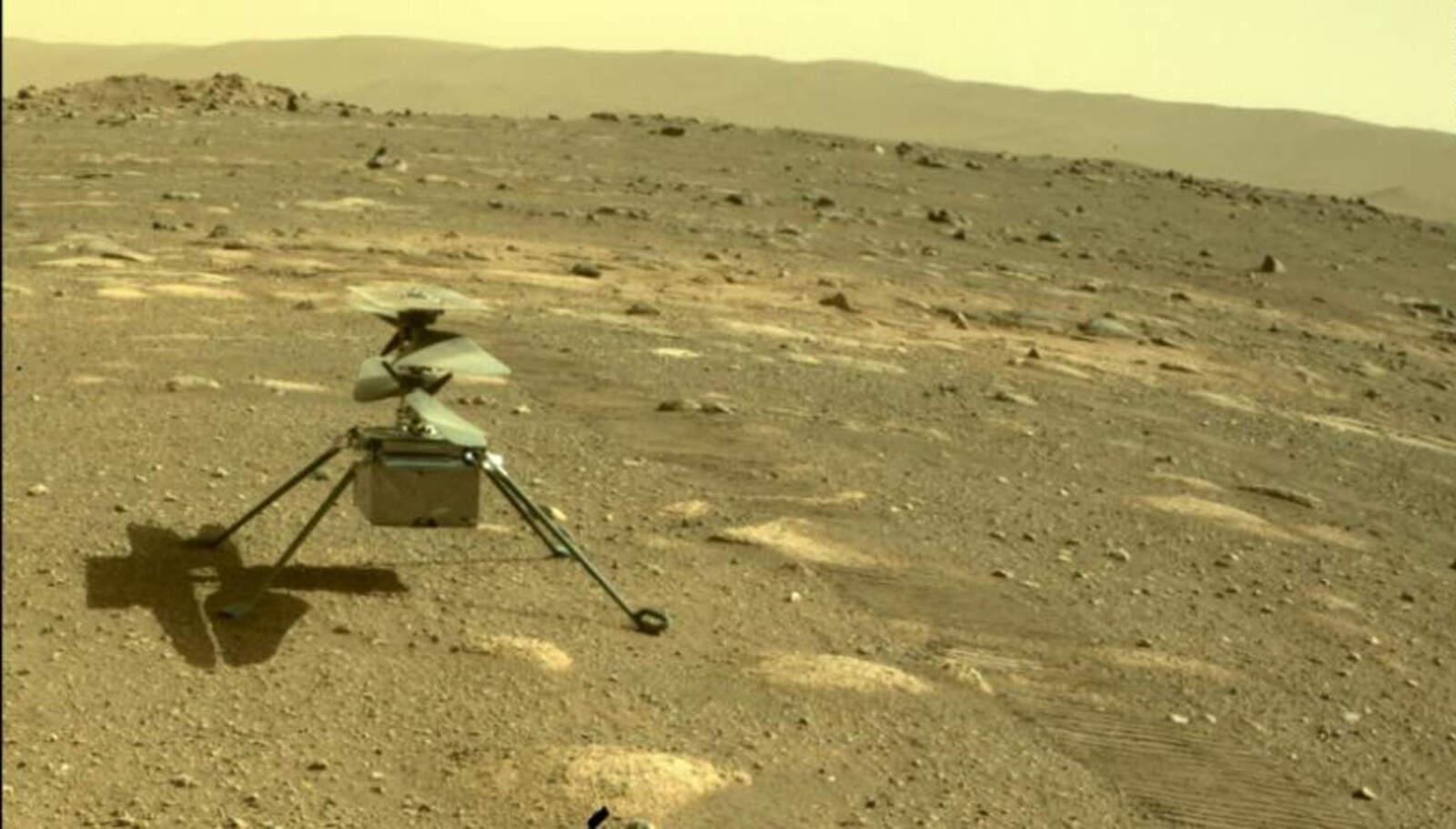 L'helicòpter Ingenuity a la superfície de Mart, en una imatge captada pel vehicle Perseverance | NASA
