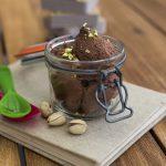 Bicchierini di mousse al cioccolato con praline di pistacchio