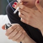 Perché alcune mamme tornano a fumare dopo aver partorito?