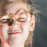 Il tuo bambino strizza gli occhi? Perché è importante capire le cause | Pazienti.it