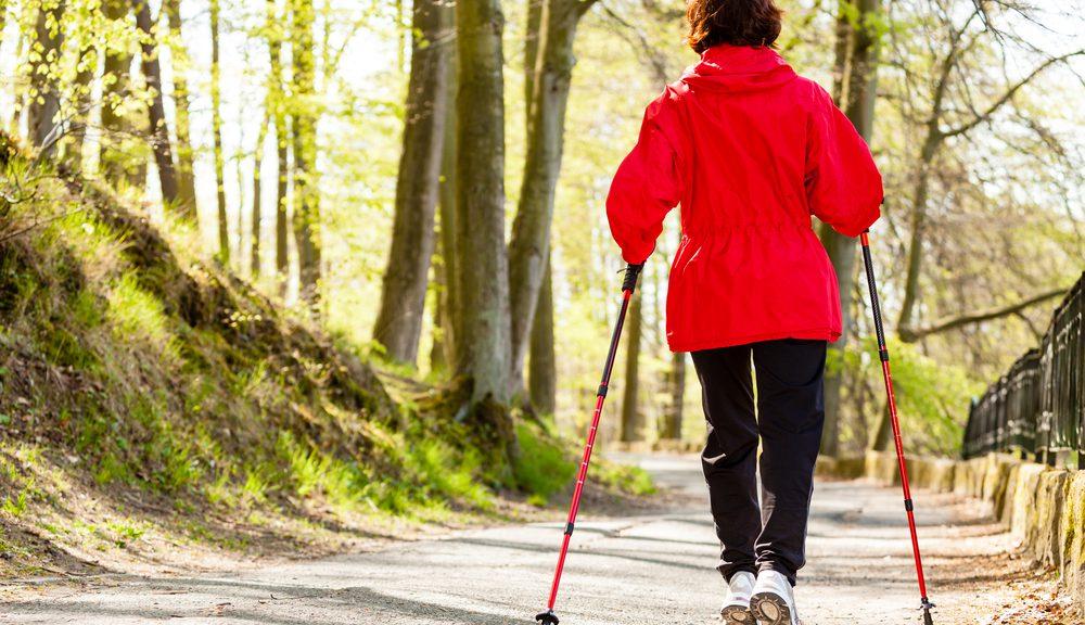 nordic walking: i benefici della camminata