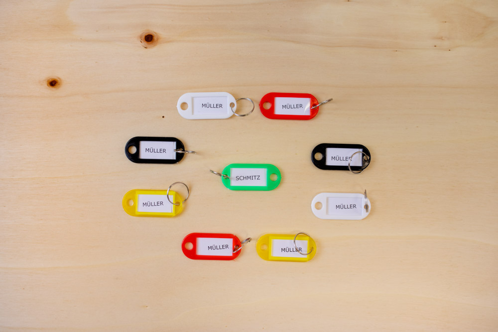 acht Kunststoff Schlüsselanhänger im Kreis einer in der Mitte