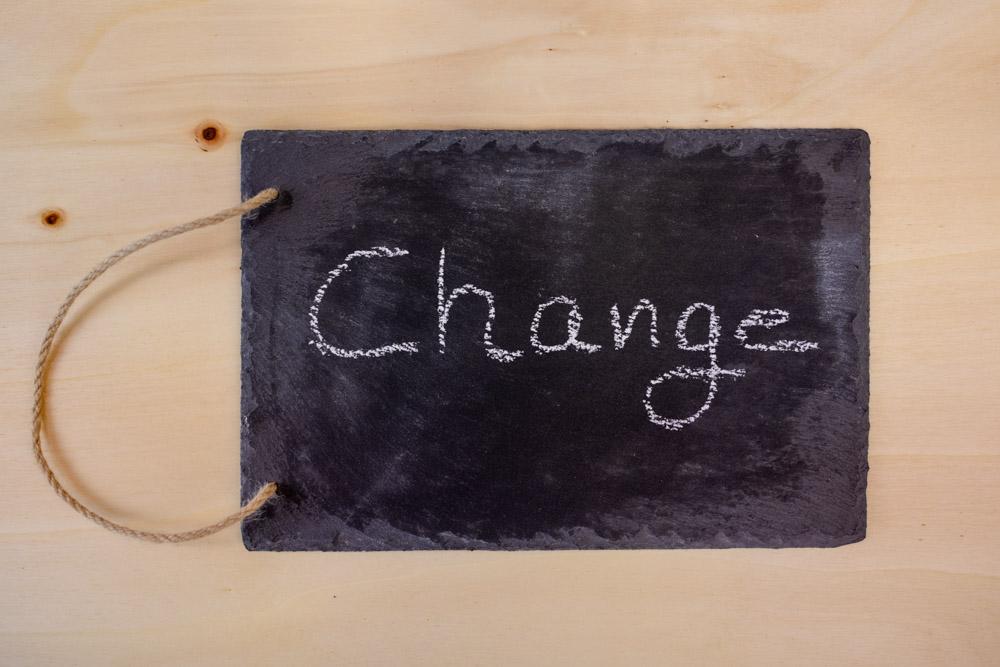 Schiefertafel mit Kreide Schriftzug Change (Management)