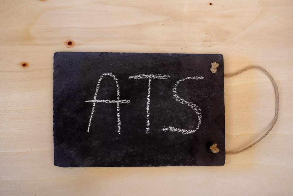 Schiefertafel mit Kreise Schriftzug ATS (steht für Application Tracking System)