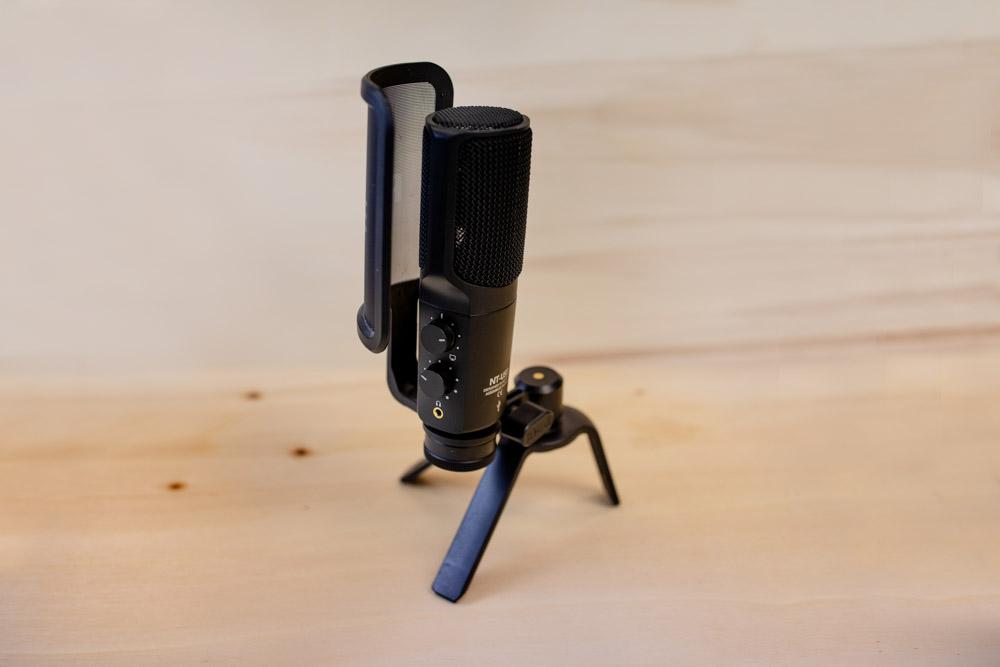 Stand Mikrophone schwarz auf Holzuntergrund