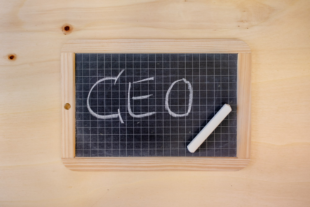 Kleine Schultafel mit Schriftzug CEO auf Holzuntergrund