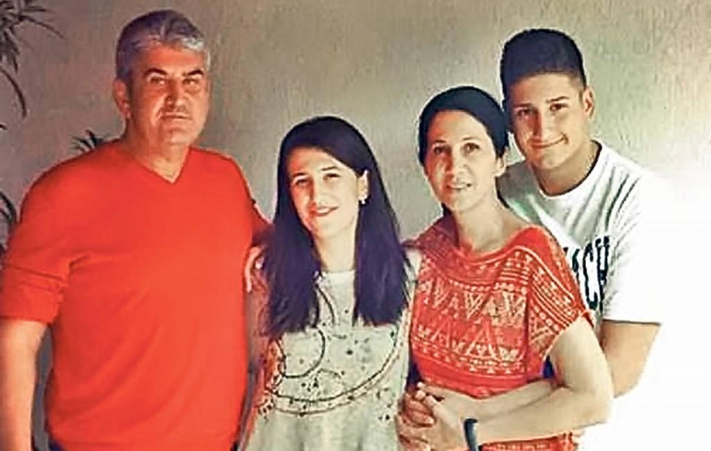 Fotografie de acum câțiva ani a familiei Oprea. Ana Maria e lângă tatăl ei.
