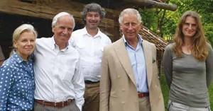 Soții Doug și Kristine Tompkins, alături de Christoph Promberger și de soția sa, Barbara, într-o fotografie din 2014 publicată pe site-ul Rainforest Concern. Ei sunt însoțiți de Prințul Charles, un susținător al proiectului FCC. Sursa foto: rainforestconcern.org