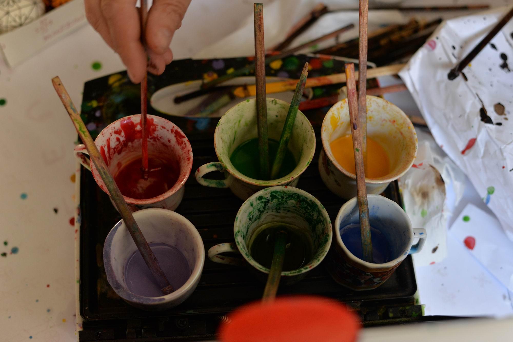 Ceara colorată cu vopsea pentru lână este folosită pentru pictarea ouălor cu model în relief
