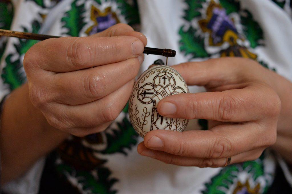Doar trei dintre fetele Ilenei Hotopilă au învățat arta încondeierii ouălor