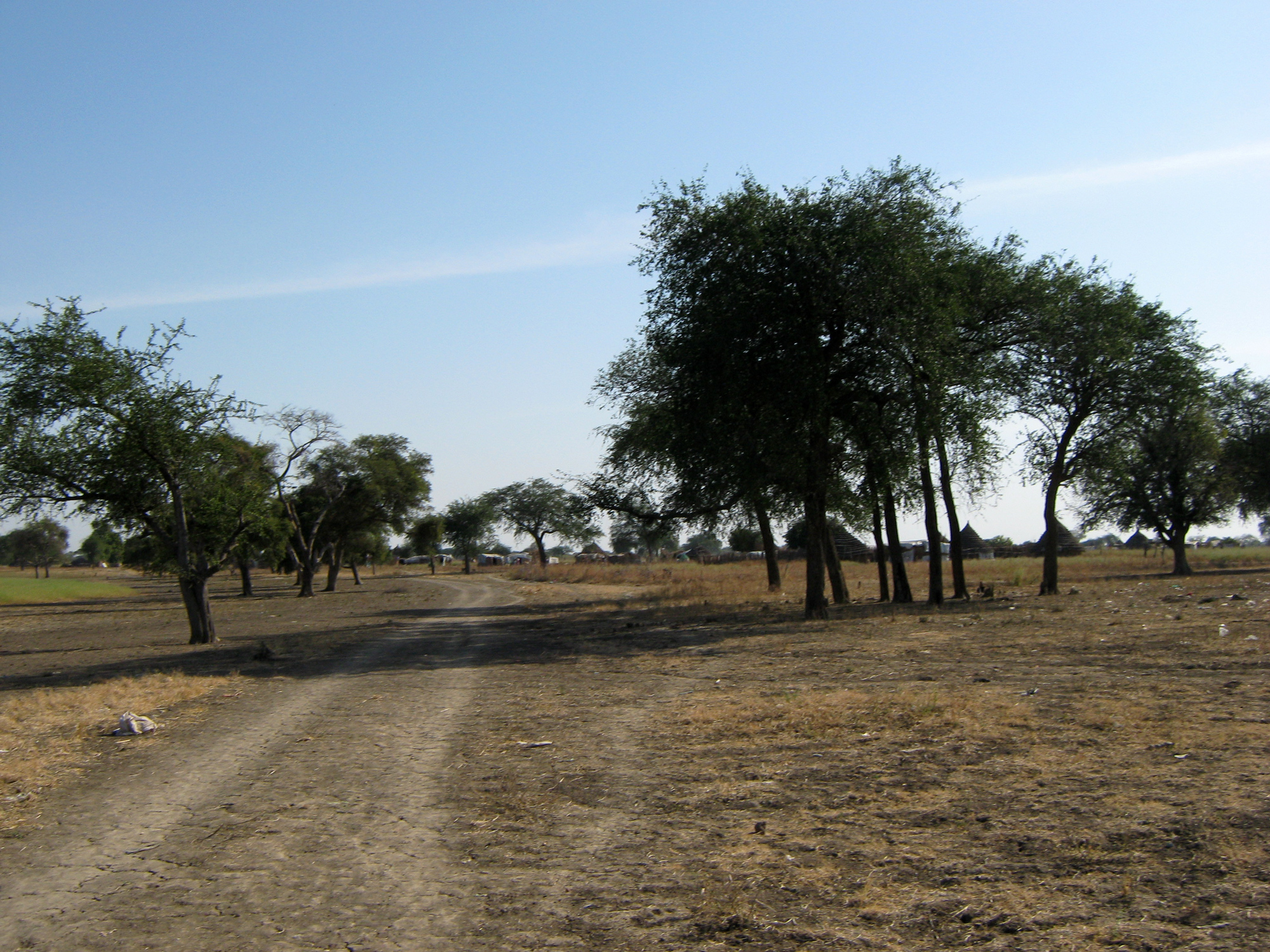 Drum care șerpuiește prin Agok, pe un teritoriu disputat între Sudan și Sudanul de Sud.
