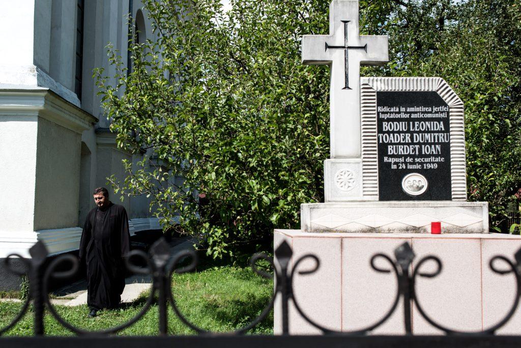 Monumentul dedicat martirilor din Dealul Crucii, aflat în curtea bisericii din Nepos Foto: Raul Ștef