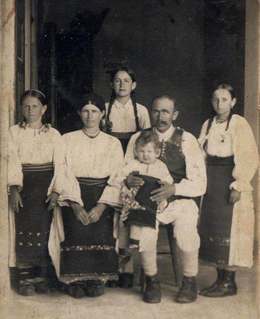 Domnica Burdeț, în spatele părinților ei Foto: Vasile Rus