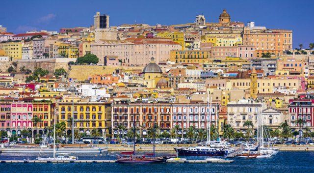 Panorama del porto di Cagliari visto dal mare