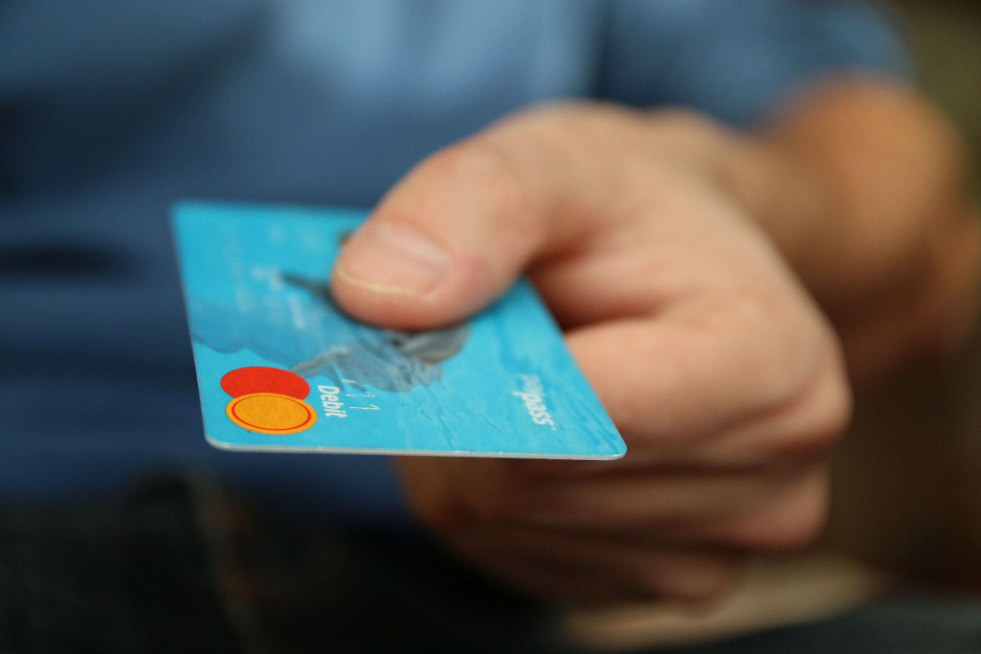 mano porge carta di credito