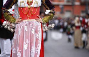 Donna vestita con un abito tradizionale sardo