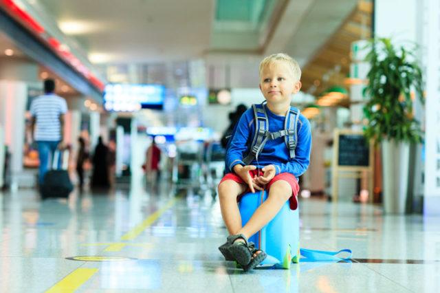 risarcimento ritardo aeroporto bambino seduto sulla valigia