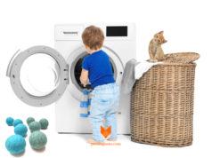 risparmio bambino che carica la lavatrice con gattino che lo guarda