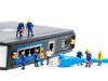 operai in miniatura su un modem libero vodafone