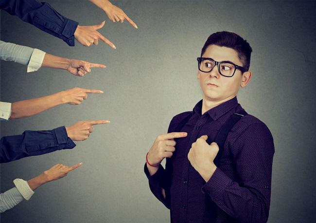 cattivi pagatori simoitel persone che indicano ragazzo con occhiali