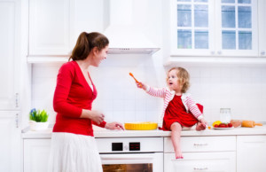 cappa aspirante foto cucina mamma e figlia