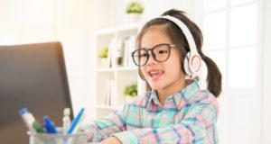 bambini che fa scuola da casa con l'e-learning