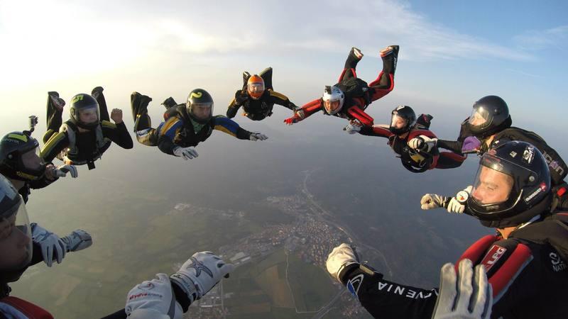 Padalska druščina med skokom s padalom z letala