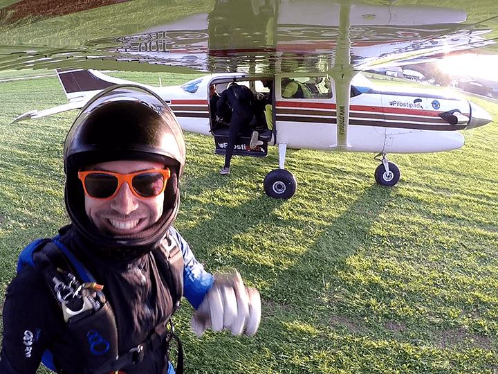 Navdušenje pred vstopom v letalo za skok s padalom