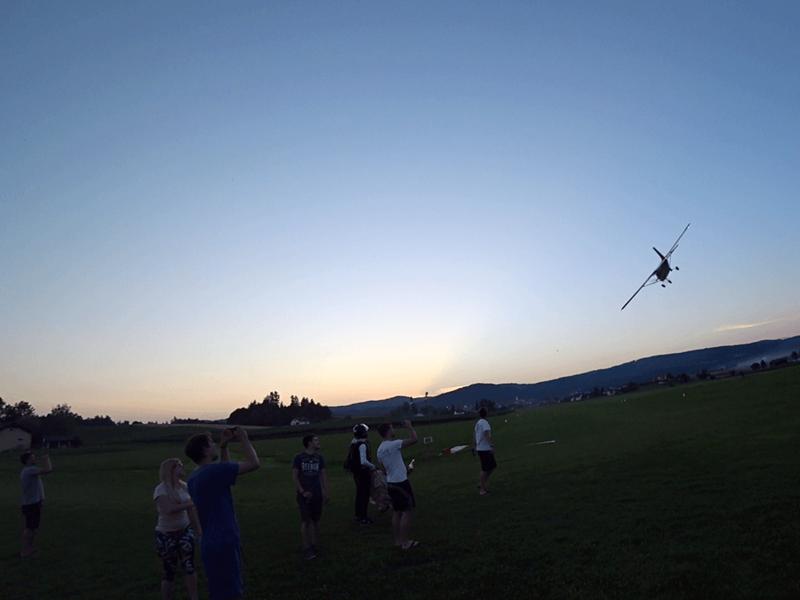Zaključek padalskega skakalnega dne v Šentvidu pri Stični
