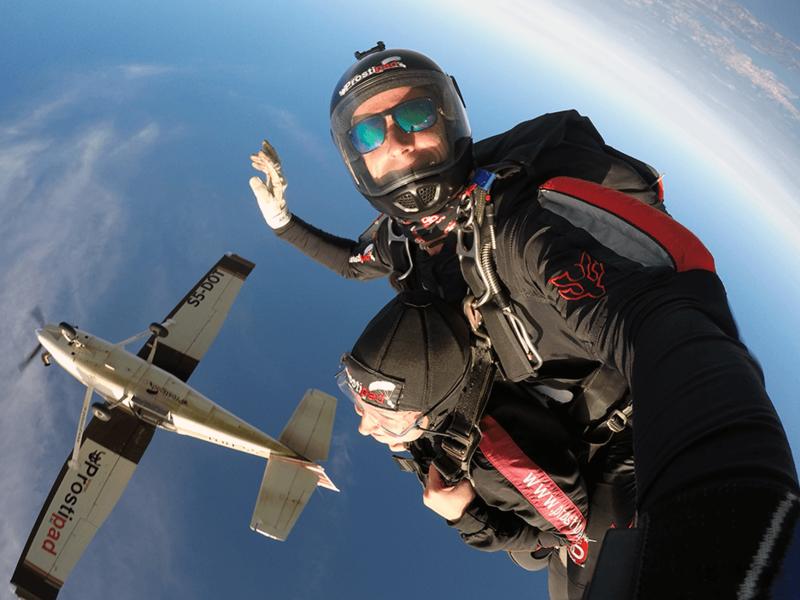 Skok s padalom v tandemu - odskok z letala