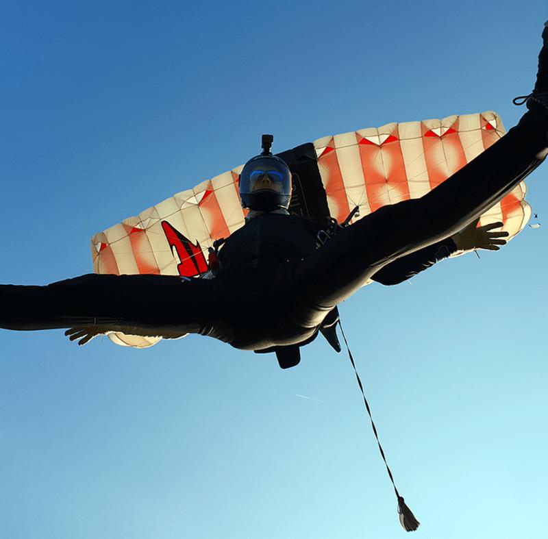 Zabavni pristanek ob samostojnem skoku s padalom