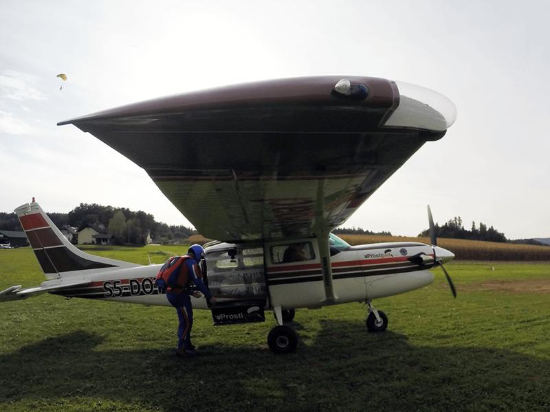 Letalo pripravljeno za vkrcavanje potnikov za skok s padalom