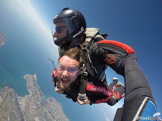 Navdušenje ob skoku s padalom nad Portorožem