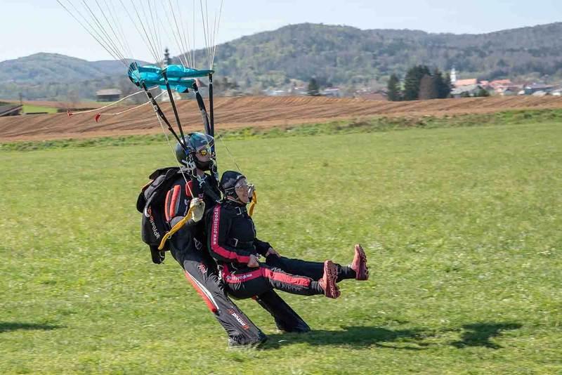 Pristanek tandema po skoku s padalom z letala