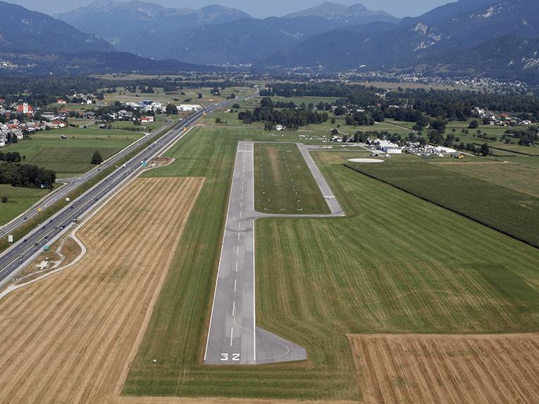 Skok s padalom na letališču Lesce Bled