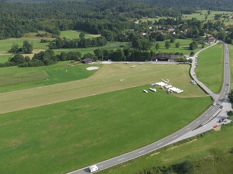 Skok s padalom na letališču Postojna