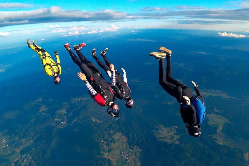 Track jump - skupinski skok s padalom