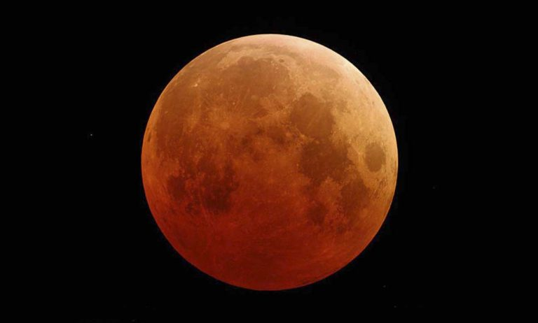 De maan kleurt 27 juli spookachtig oranje