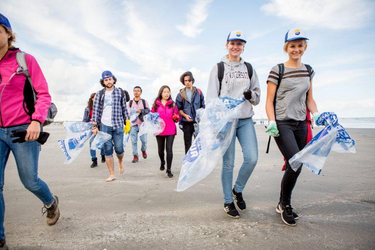 Het hele strand schoon, tijdens de Beach Cleanup 2019