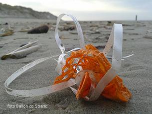 Ballonnenafval op het strand